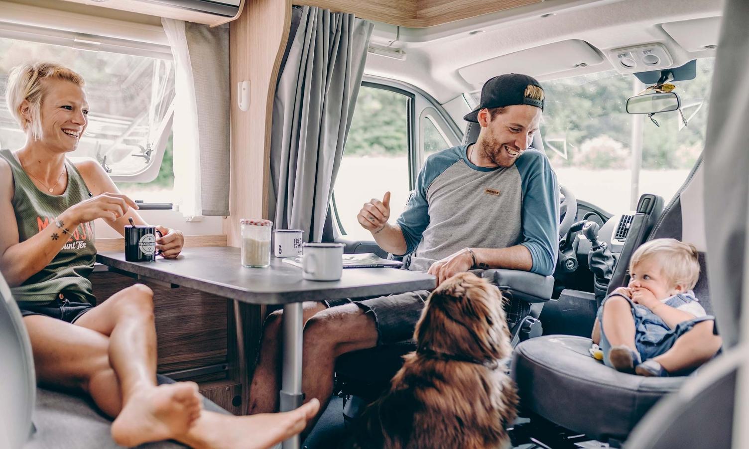 dans-le-camping-car-avec-bébé